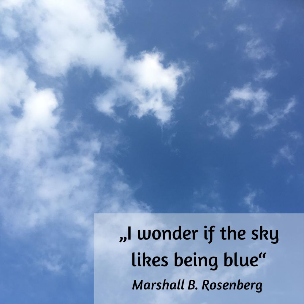 """Blauer Himmel mit flockigen weißen Wölkchen. Text """"I wonder if the sky likes being blue"""" Zitat von Marshall B. Rosenberg"""