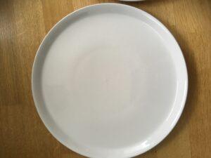 ein leerer , weißer Teller