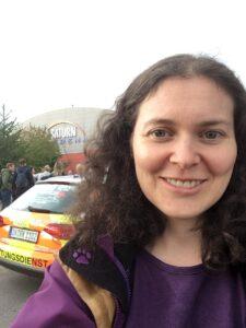 Ich vor der Arena in Ingolstadt, mit Einsatzfahrzeug im Hintergrund