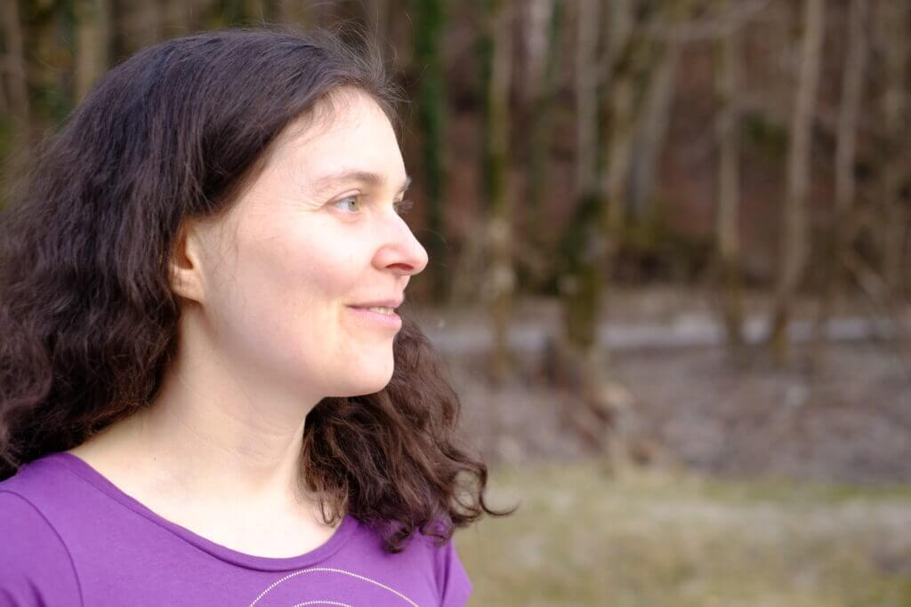 Wie kann ich mich entspannen? Judith mit entspanntem Gesichtsausdruck, Hintergrund Bäume - das klappt bei mir fast immer gut.