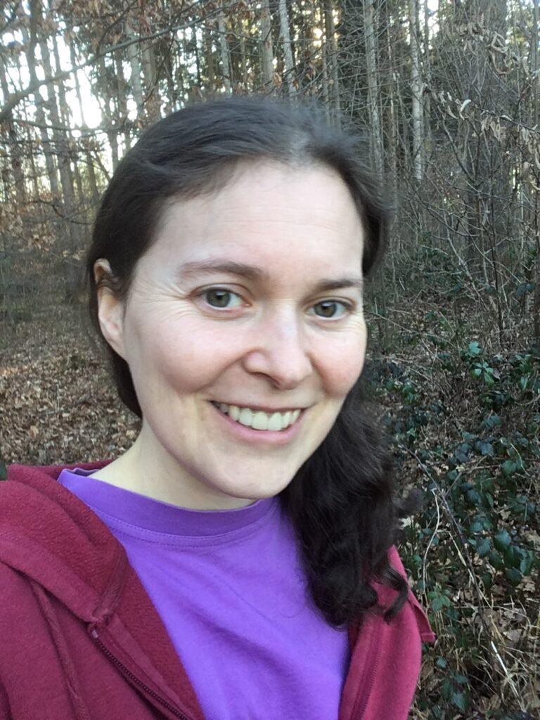Selfie von Judith, im Hintergrund Bäume