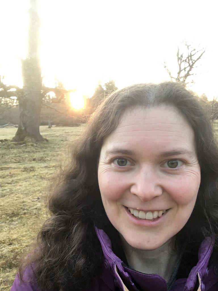 Judith in der Sonne, frühmorgens auf einer Lichtung im Wald