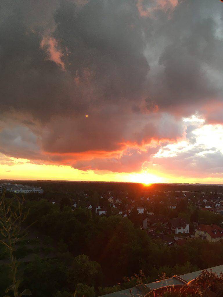 Sonnenuntergang mit dunklen Wolken und intensiven Farben