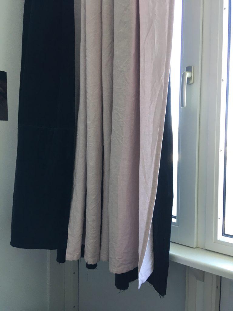 Fenster mit Vorhängen - dunkelblau und zartrosa
