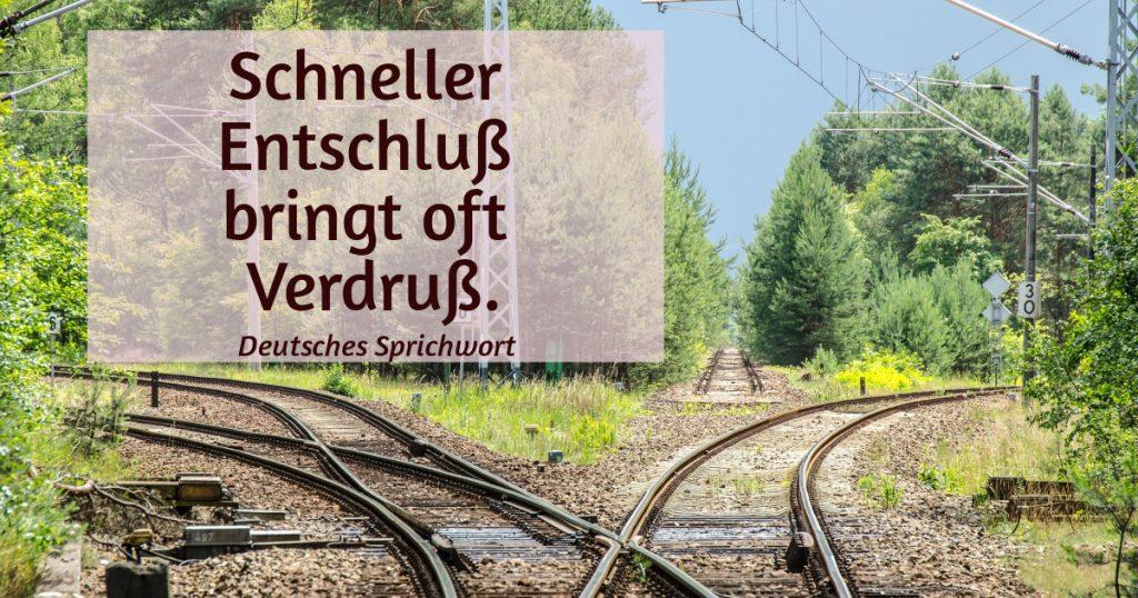 Eisenbahngleise in drei Richtungen.  Zitat: Schneller Entschluß bringt oft Verdruß. (deutsches Sprichwort)