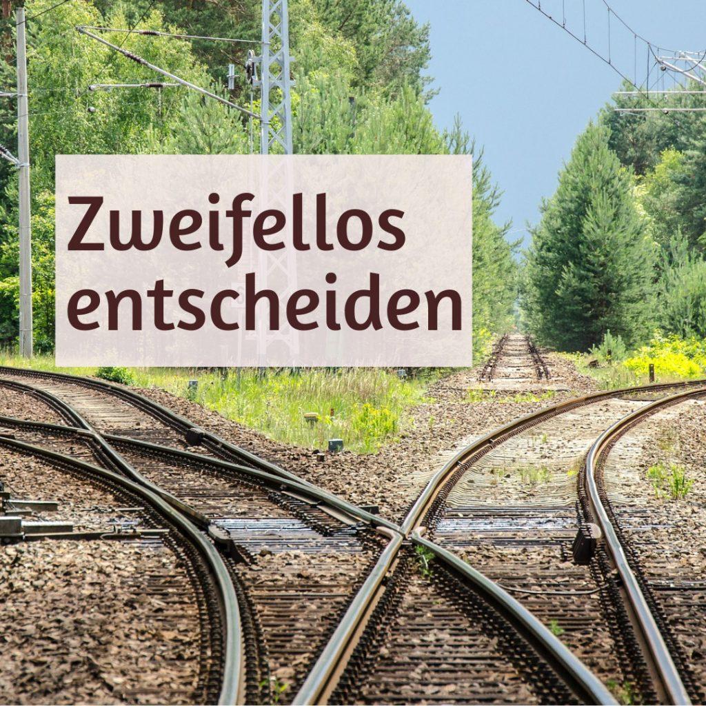 Text: zweifellos entscheiden. Eisenbahngleise und Weichen in drei Richtungen